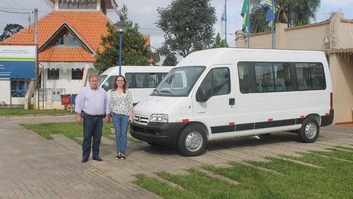 Vans serão usadas no transporte de pacientes do município.