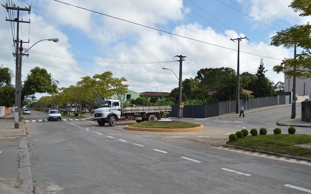 Veículos que estão na Avenida deverão dar preferência aos que estão na rotatória.