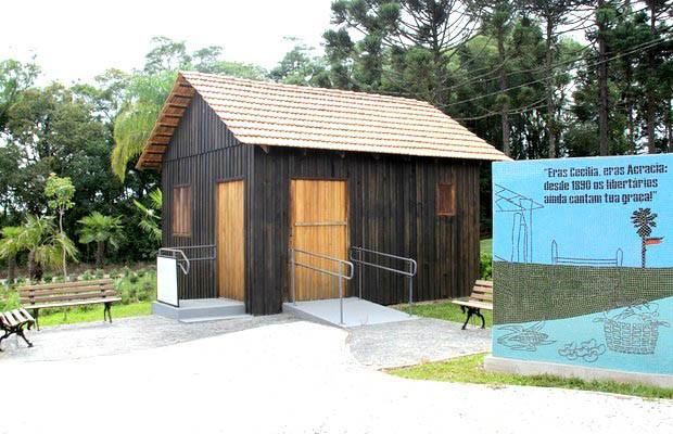 O local abriga uma pequena casa construída em madeira, reconstituindo os padrões da época, onde são vendidos livros e suvenires.