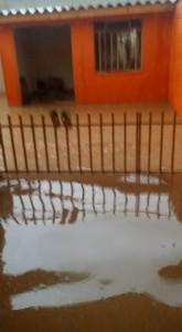 Água invadiu as casas - moradores contam que motivo pode ter sido boca de lobo entupida.