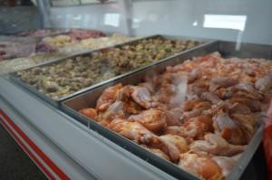 Diversos tipo de carnes já temperadas facilitam a vida do churrasqueiro.