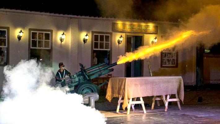 Espetáculo apresentado ao ar livre permitiu que efeitos cênicos da guerra emocionassem ainda mais o público.