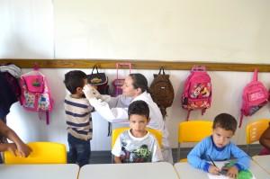 Equipe está visitando as escolas para avaliar como estão os dentinhos dos alunos.